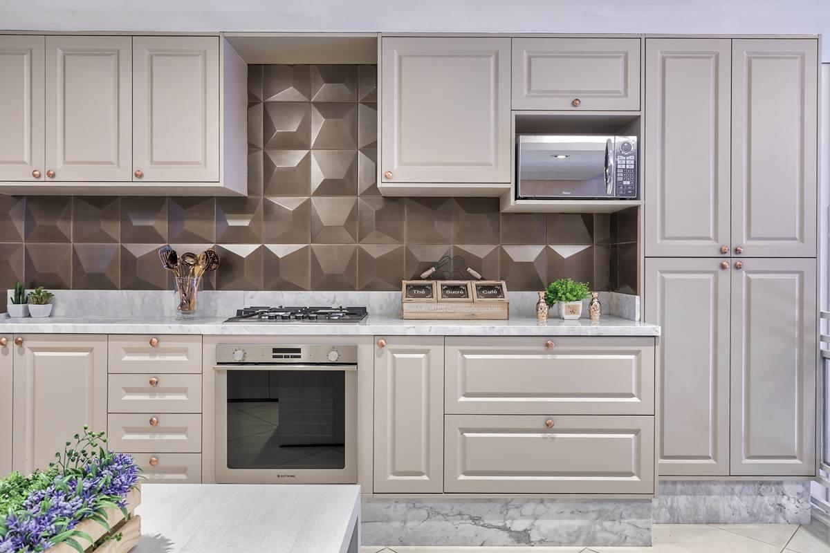 cozinha em estilo provençal com forno de embutir r microondas suspenso